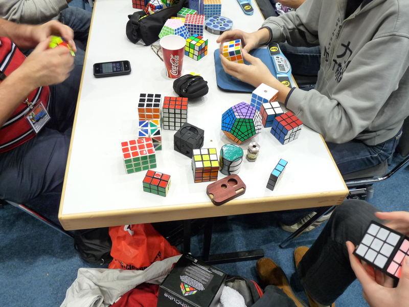 O masă cu puzzle-uri aleasă la întâmplare