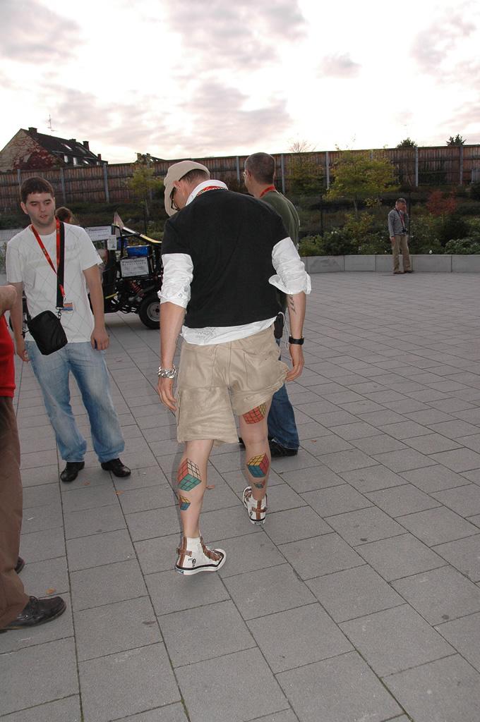 Un tip cu tatuaje la intrarea în sală